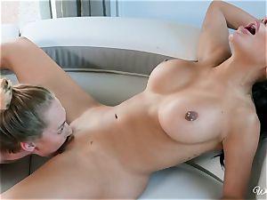 Lela starlet and Carter Cruise girl/girl minge slurping action