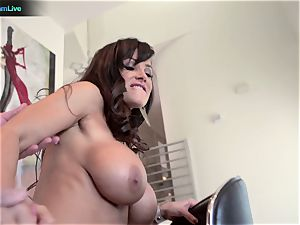 cougar porn industry star Lisa Ann goes for a morning fucky-fucky