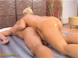 round butt Lilith Lee gives lubricious rubdown